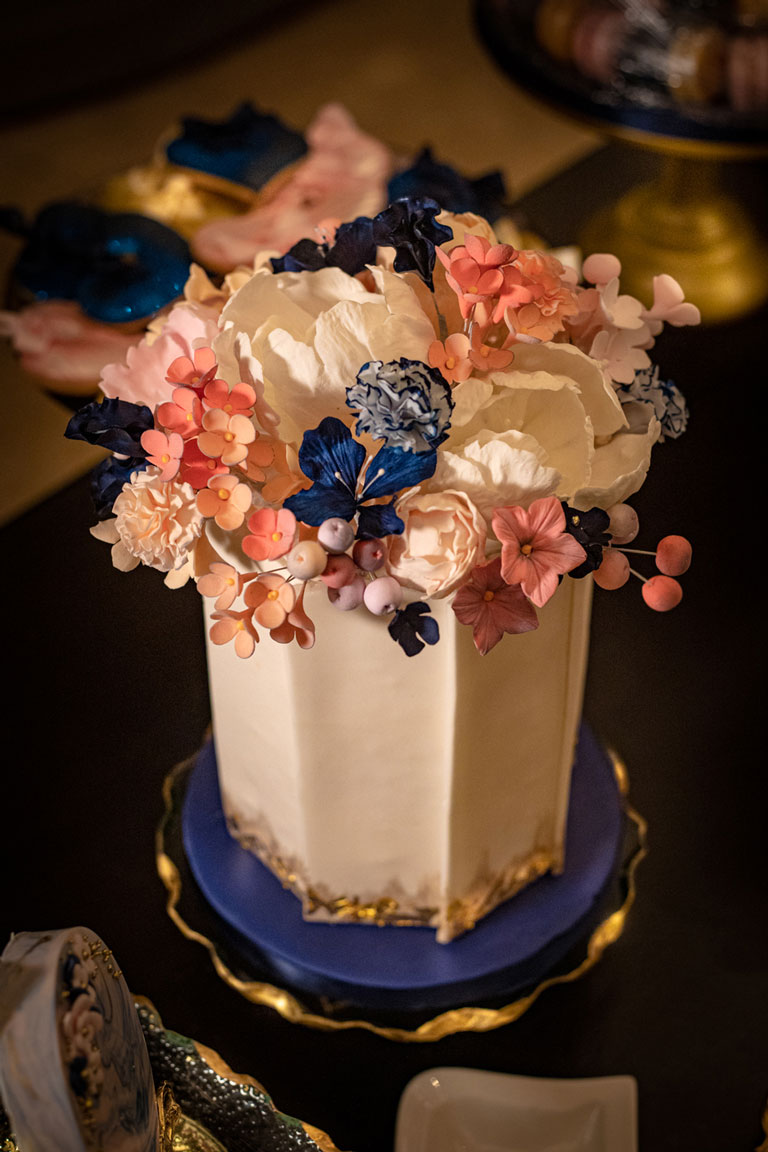 luxury single tiered side cake with gold and sugar flowers